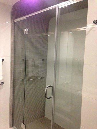 Hotel Indigo: Suite - bathroom