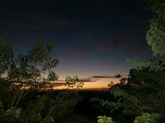 Hilltop Camp: Om 6 uur 's morgens; uitzicht vanuit het restaurant, april 2014