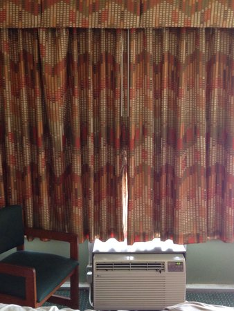 Days Inn Charleston Airport Coliseum: Old musty 1970's looking curtains and AC unit Days Inn RM 221!