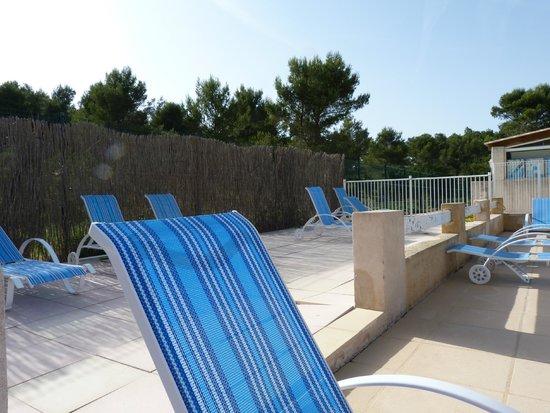 Résidence Odalys Shangri-La : piscine transat