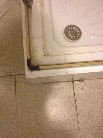 Residence les Gourbets: Salle de bain vieille et sale
