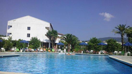 Livadi Nafsika Hotel: piscine et l'hôtel an arrière plan