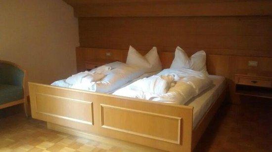 Hotel Koflerhof: Il letto! Il cuscino tipico è bello ma terribilmente soffice, usatene almeno 2.