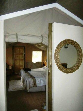 Tembe Elephant Park Accommodation: Kijkje vanaf de buitendouche naar de zit-slaapkamer van tenthuisje 14, april 2014