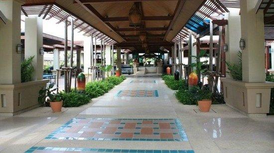 Ravindra Beach Resort & Spa: дорожка к рецепшен