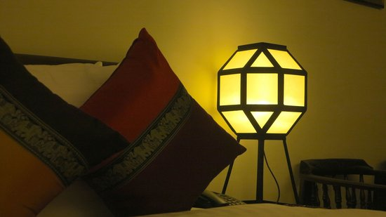 Viang Thapae Resort: Bedside lamp