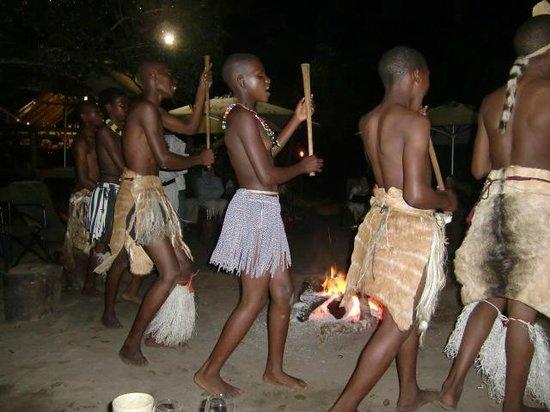 Tembe Elephant Park Accommodation: Dansvoorstelling bij de Boma van de plaatselijke bevolking, april 2014