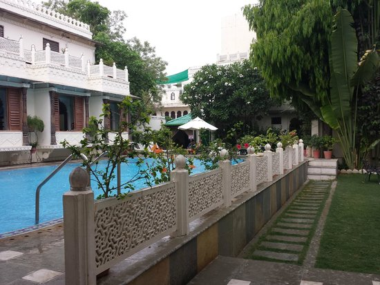 Hotel Mahendra Prakash : Swimming pool..Restaurant to ur left