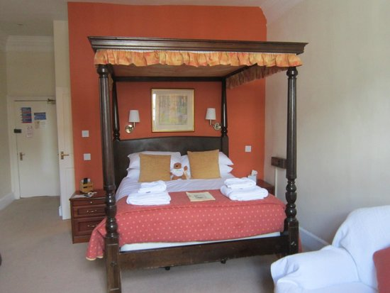 The Crown at Wells: Room 5 bed.