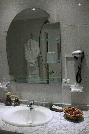 Hotel Parador - Chefchaouen : salle de bains propre