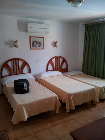 Apartments Vista al Puerto : habitación con 4 camas
