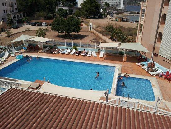Apartments Vista al Puerto : piscina desde la habitación