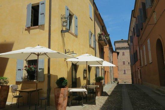 Locanda Del Feudo: Tavoli nel borgo medioevale
