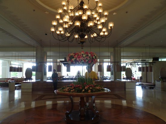 Shangri-La's Mactan Resort & Spa: hotel lobby (entrance)