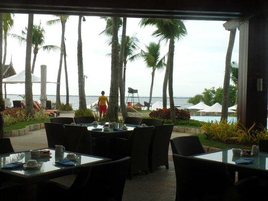 Shangri-La's Mactan Resort & Spa : view from inside Acqua Restaurant (breakfast place)