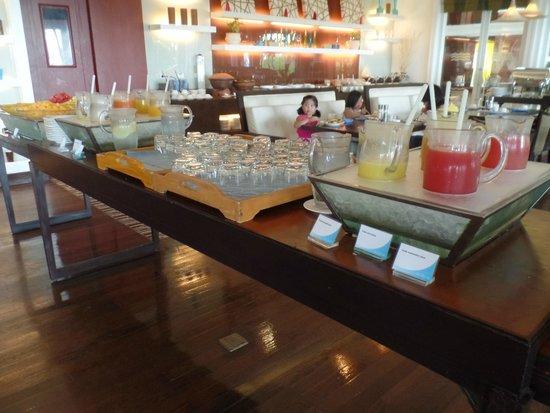 Shangri-La's Mactan Resort & Spa : juice and fruit section, breakfast buffet