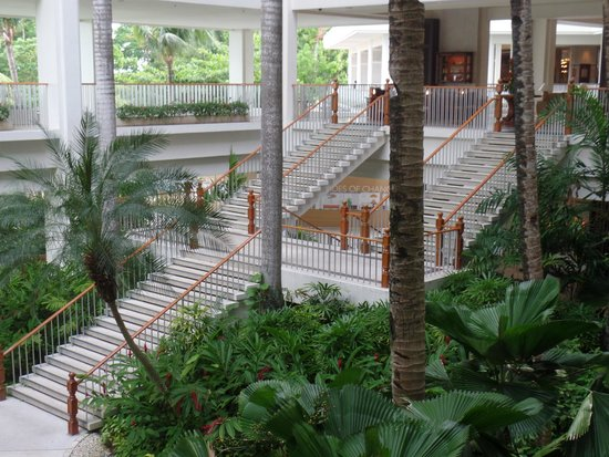 Shangri-La's Mactan Resort & Spa : stairs leading to ground floor, where activities are