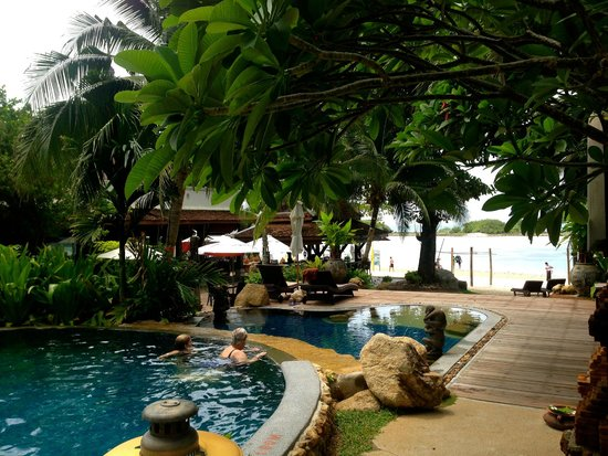Muang Samui Spa Resort : Pool and Beach