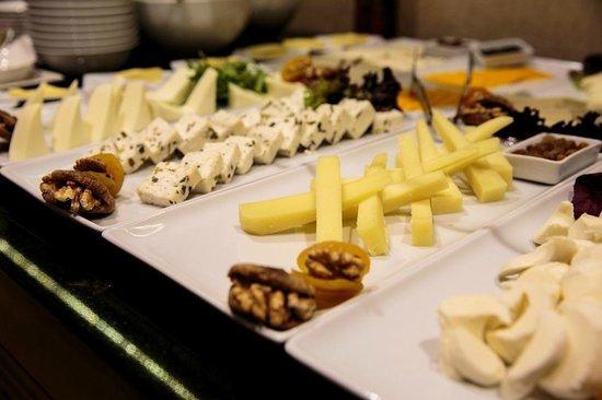Grand Aras Hotel & Suites: Breakfast