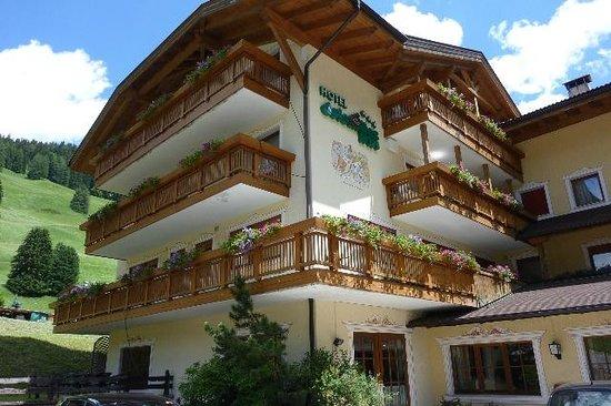 Dolomites Inn: Vista dell'Hotel
