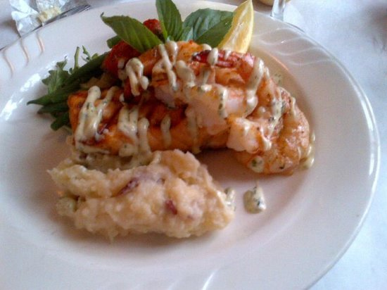 Colington Cafe: Grilled Salmon and Shrimp Special