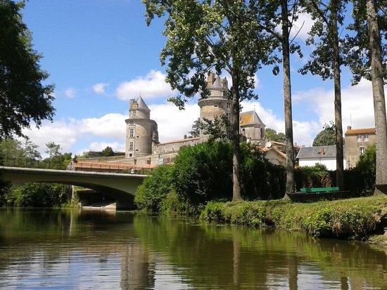 Apremont, France: Départ de l'embarcadère pédalo avec au fond le vue sur château