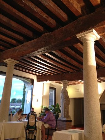 Il Castello di San Gaudenzio: Старинные балки в бывшем амбаре для зерна, а теперь здесь ресторан