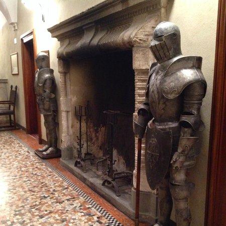 Il Castello di San Gaudenzio: Рыцари у камина