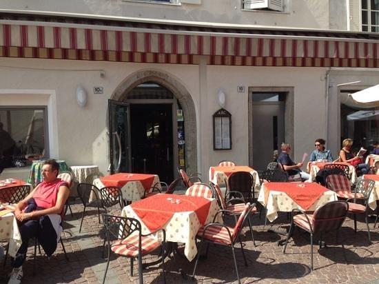 Pizzeria Arc - Bistro Hotel Krone: i tavolini nella piazza