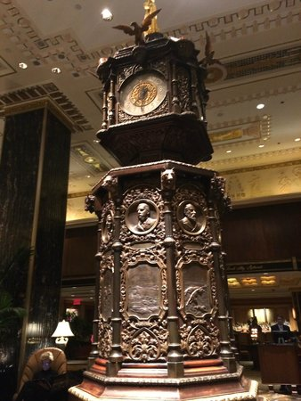 """The Towers of the Waldorf Astoria: Orologio davanti al bancone della reception """"principale"""""""