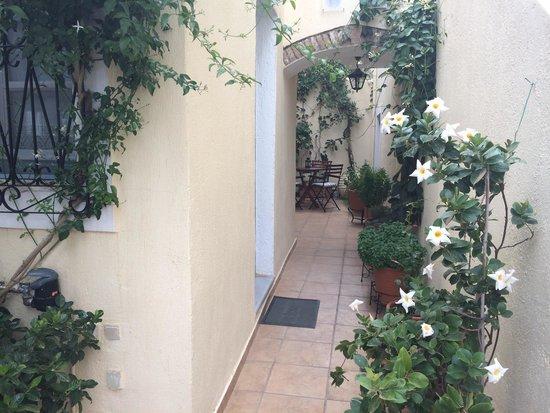 Guesthouse Niriides : Inngang til rommet vårt til venstre. Veldig fornøyd med det!