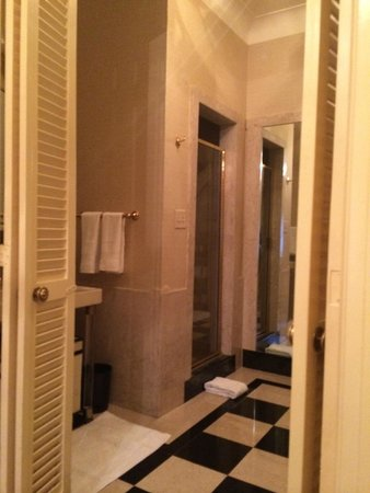 The Towers of the Waldorf Astoria: Scorcio del bagno