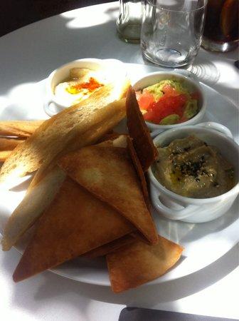Restaurante Mordisco : Entrante de hummus, guacamole y berenjena.