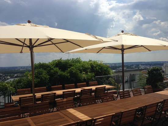 Biergarten Mit Blick Auf Die Frankfurter Skyline Bild Von