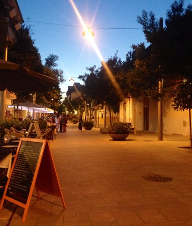 Horreo Veinti3: The street view...before it gets busier later on
