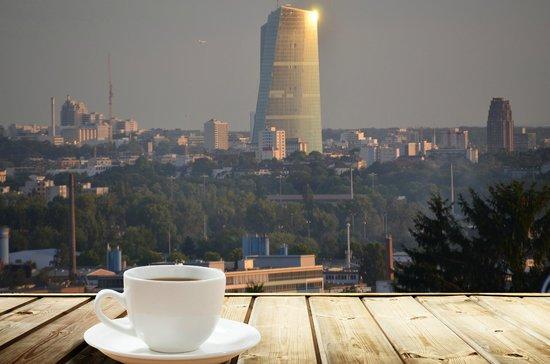 Bei Gutem Kaffee Einen Blick Auf Die Ezb Werfen Bild Von