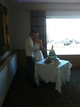 Ballygally Castle : Cutting the cake after dinner in the Kintyre Ballroom