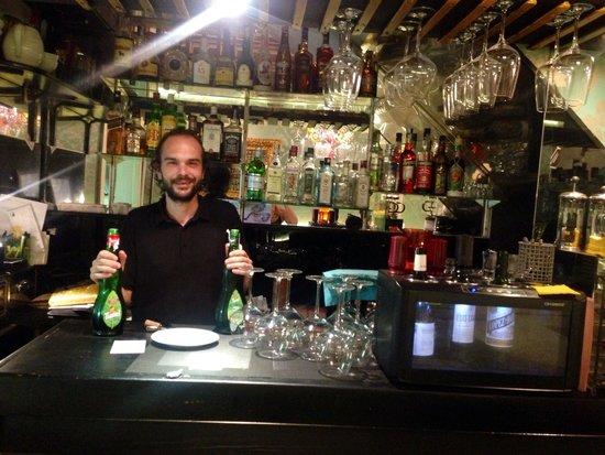 Horreo Veinti3: Bar area and fantastic host!