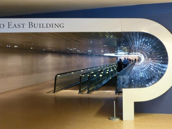 National Gallery of Art : The Multiverse Tunnel, with the dynamic LED shapes