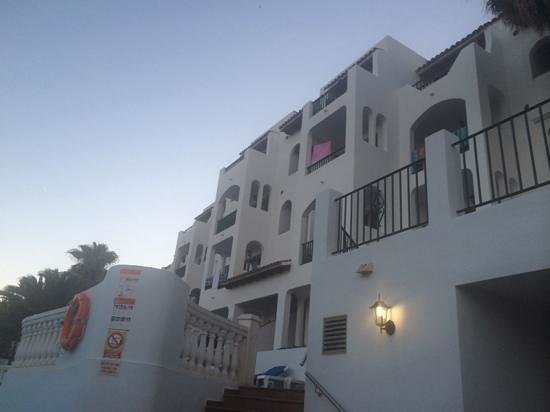Aparthotel Holiday Center: view of the apartments next to the bar in the evening