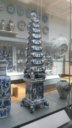 V&A  - Victoria and Albert Museum : Delft tulip bulb holder