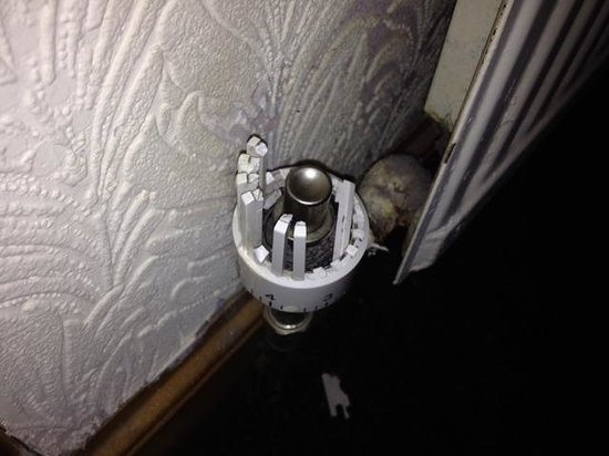 Abbot's House Hotel: Clearly broken radiator