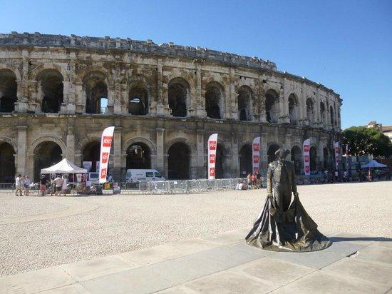 Arènes de Nîmes : Statue