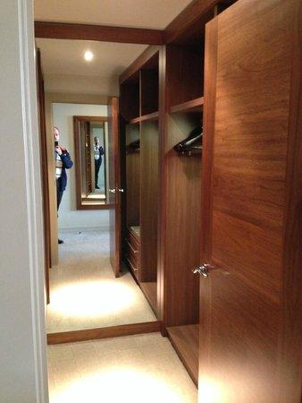Aviator Hotel: Closet