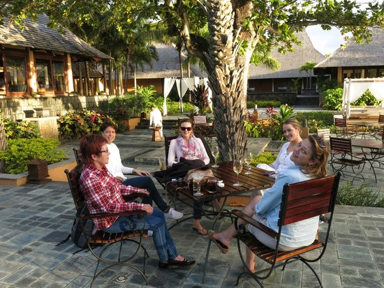 Shanti Maurice - A Nira Resort: Drinks at the pool