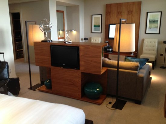 Aviator Hotel: TVs in sitting area & at foot of bed