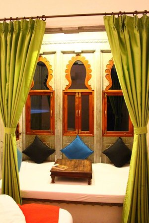 Madri Haveli: Traditional Jharokhas/windows in room.