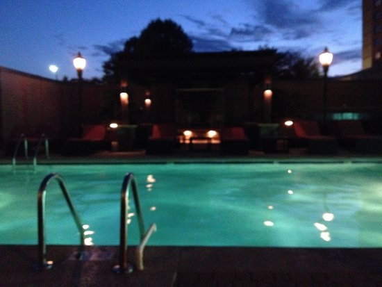 Hilton Charlotte University Place: The pool in the evening.