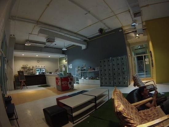 Kool Backpacker Hostel : reception and bar
