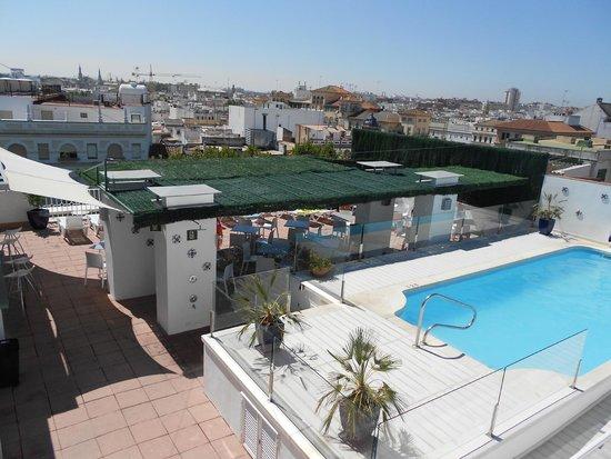 Hotel Becquer: Piscine sur le toit de l'hôtel